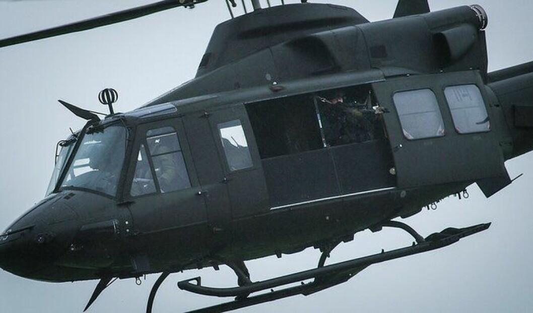 Slik ser det ut når skarpskytter er plassert i et Bell-helikopter fra Forsvaret.