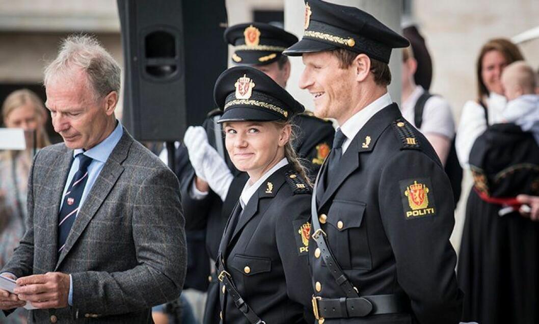 Ingvild Teksle Gurigard og Martin Mogensen fikk pris for beste idrettsstudenter av Per Olaf Nordli i Norges politiidrettsforbund.