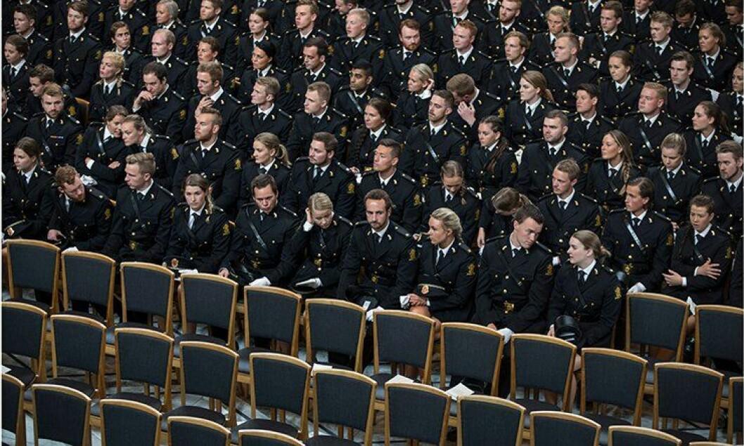 Spente studenter venter på å motta vitnemålet sitt i Oslo rådhus.