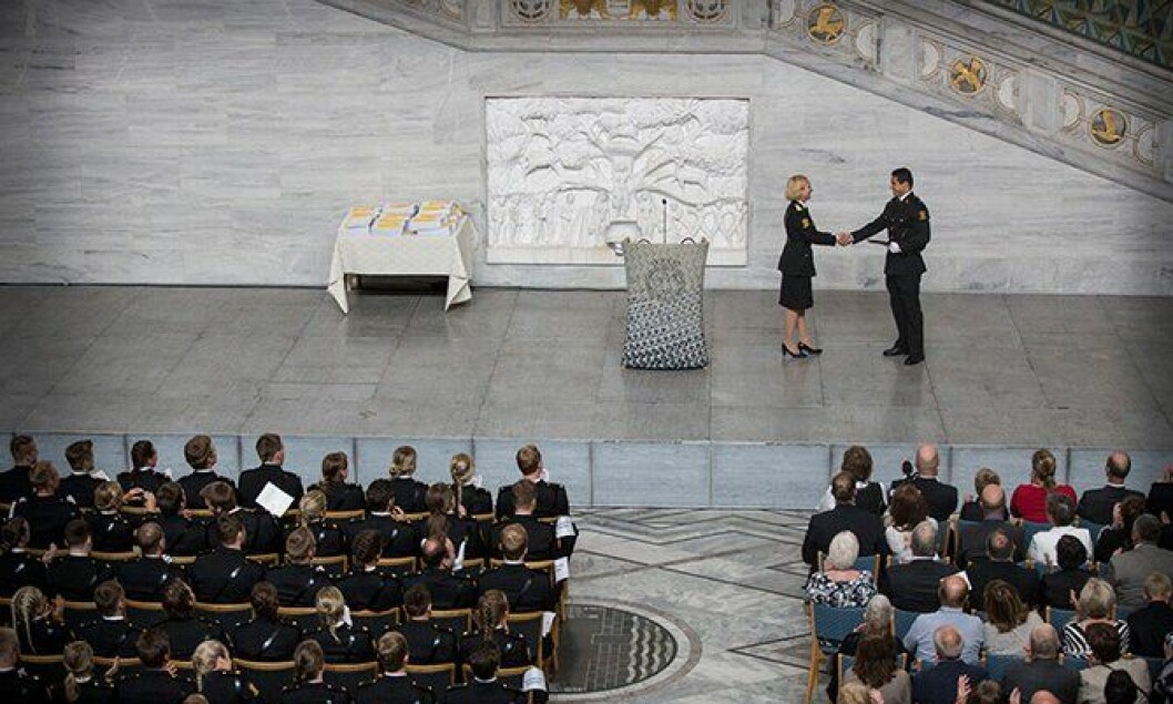 Her mottar Are Francisco Sørlie bestemannsprisen fra rektor Nina Skarpenes ved Politihøgskolen.