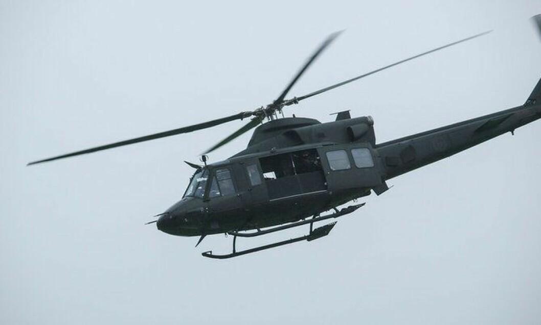 Fra helikopteret fra Forsvaret kan skarpskytterne i Delta dekke mannskapene på bakken.