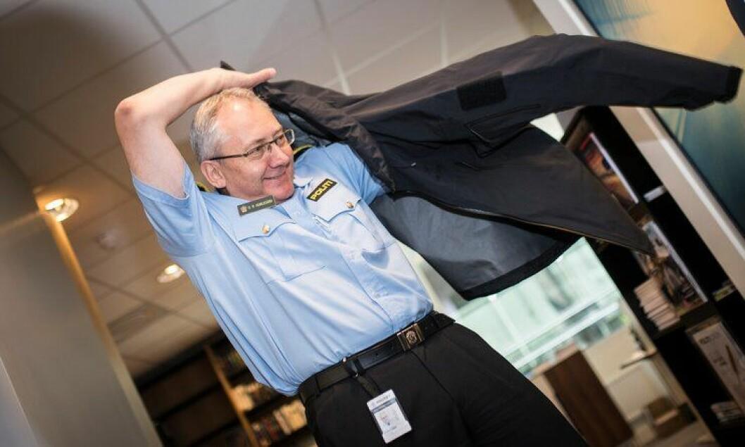 Odd Reidar Humlegår prøver på ny jakke. Det blir studentene som får den først.