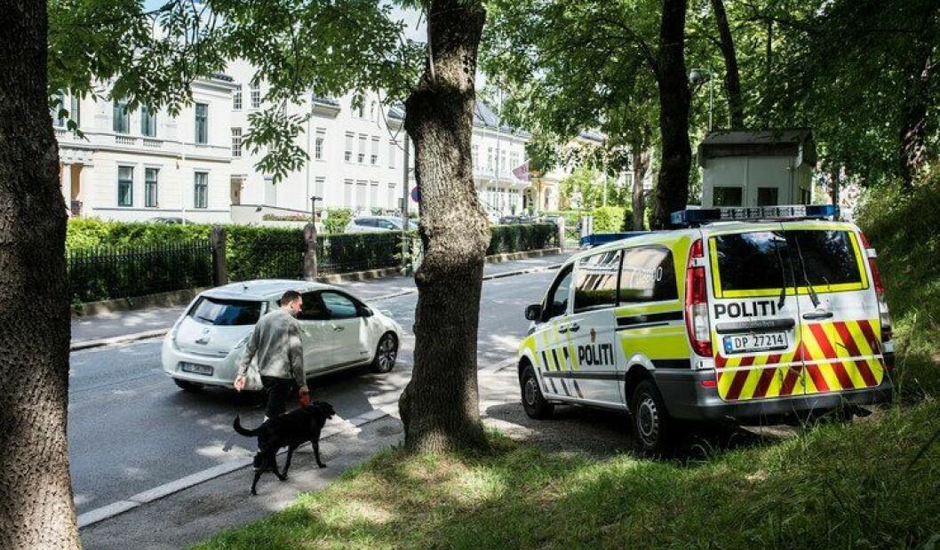 En politibil har stoppet utenfor den israelske ambassaden, midt i ambassadestrøket i Parkveien i Oslo. Politiet bruker mange årsverk på å vokte ambassadene.