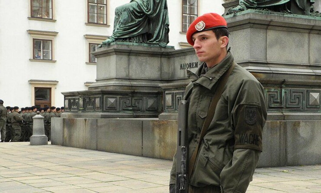 En østerriksk soldat holder vakt.