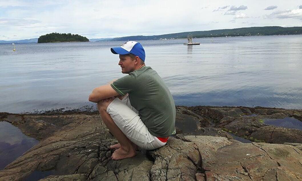 Lars Eirik Steinsland logger av i ferien, og tar med familien dit det er bademuligheter. Her under en stille feriestund i sommer.