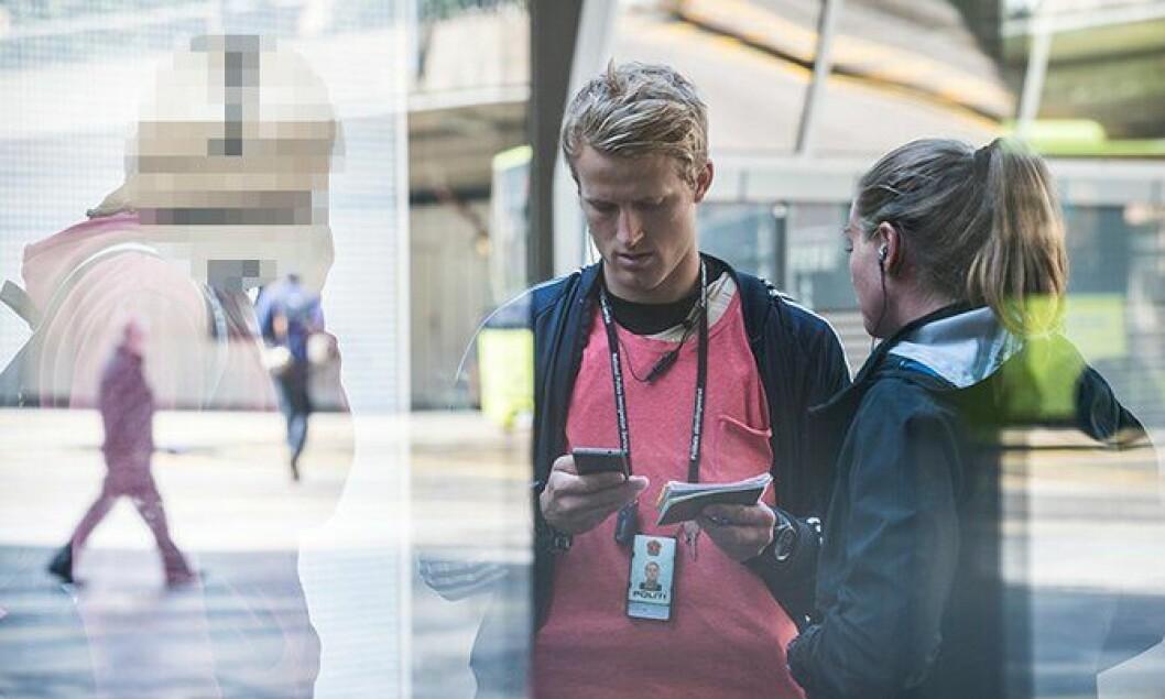 To betjenter fra PU gjennomfører utlendingskontroll i Oslo.