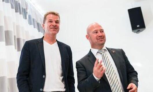 PF-leder Sigve Bolstad og justisminister Anders Anundsen i hyggelig passiar, etter at sistnevnte lanserte en budsjettoverraskelse.