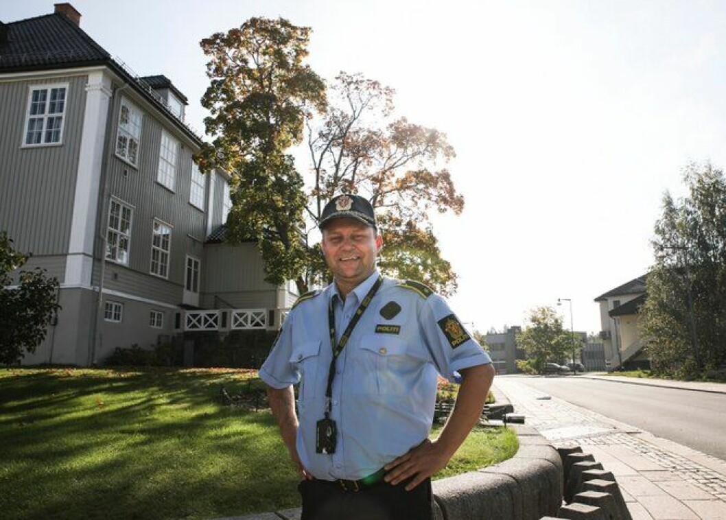 Aasvangen inspiserer sentrum i Årnes, der det snart skal være ølfestival. Han lover tilstedeværelse fra det lokale politiet.