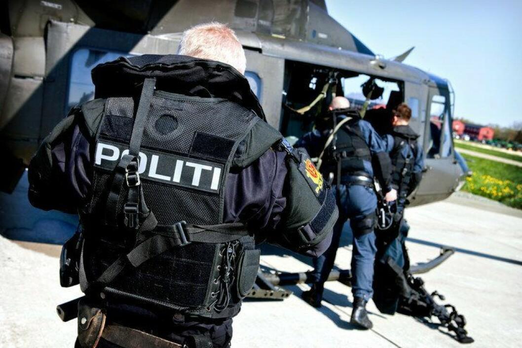 Politiet på vei inn i et Bell-helikopter fra Forsvaret. I framtiden kan det bli raskere vei for politiet til bistanden fra Forsvaret.