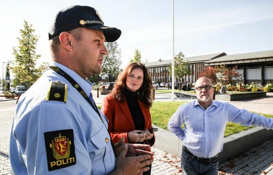 Liv Gustavsen og Kjell Jevne, kommunestyrerepresentanter for henholdsvis Frp og Høyre, vil gjerne ha et ord med politiførstebetjenten.