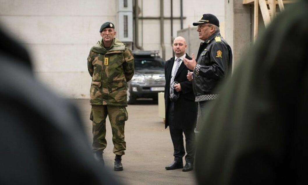 Forsvarstopper, justisministeren og politidirektøren overvar samarbeidsøvelsene på politiets treningsanlegg utenfor Oslo sammen. De er enige om hvem som bør ha ansvar for terror.
