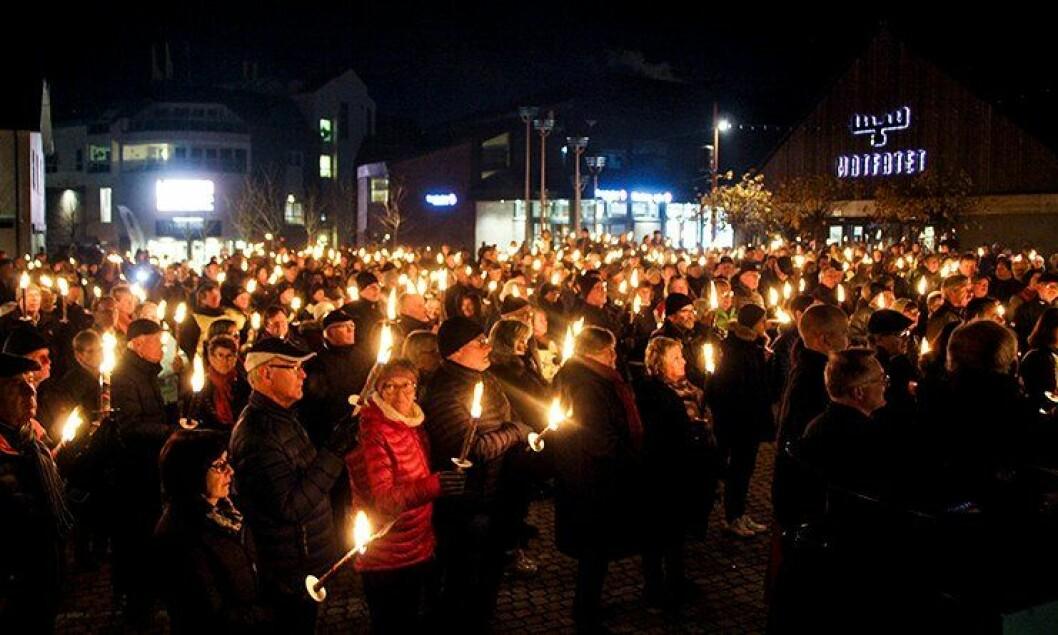Fakkeltoget i Brumunddal samlet 600 deltakere. Også andre steder mobiliseres det.