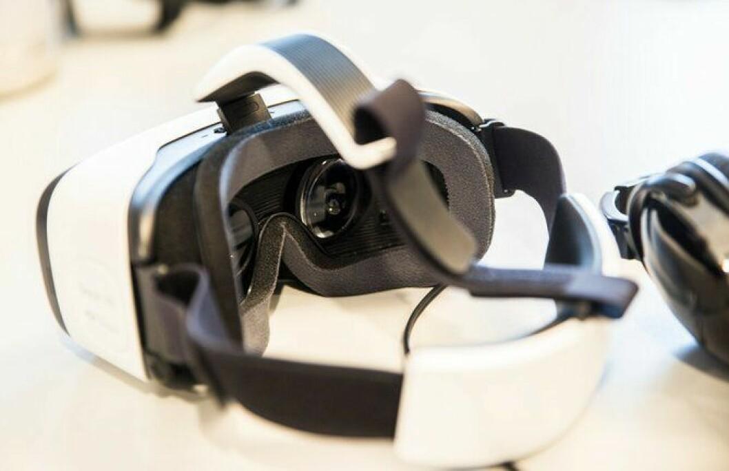 Inne i brillene blir brukerne tatt med inn i en virtuell virkelighet. Opplevelsen føles virkelighetsnær.