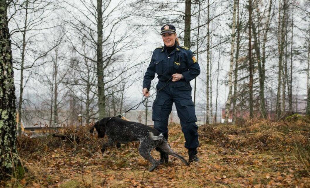 Ingrid Eidstumo har hunden Carlsen ved sin side, som fagkoordinator for hundetjenesten.