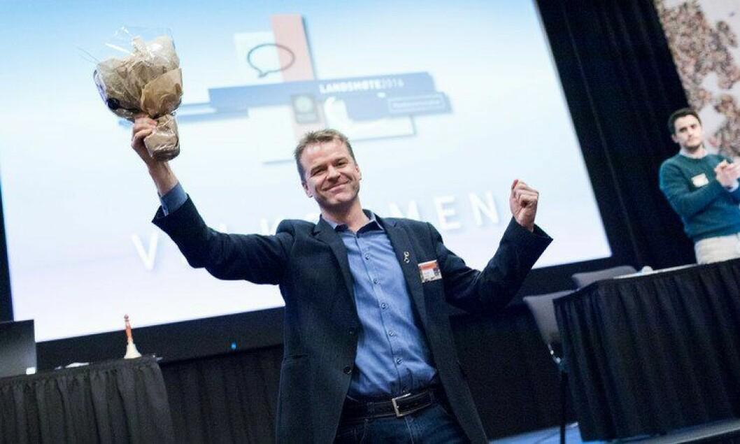 Sigve Bolstad strakk armene i været og tok imot applausen da landsmøtet valgte ham igjen i dag.