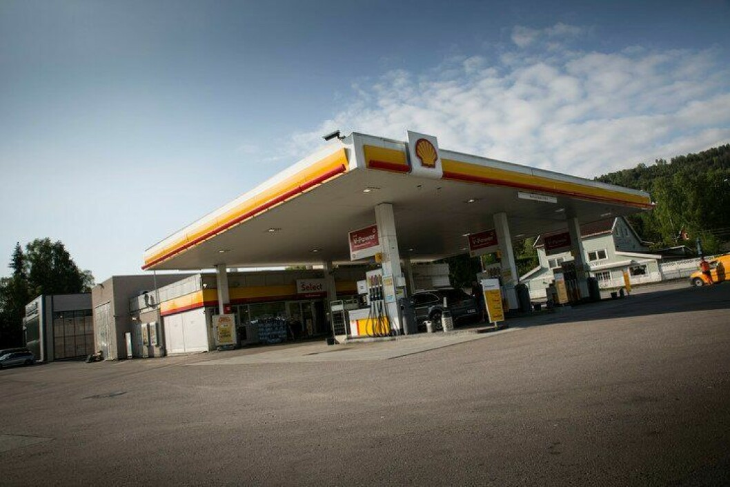 Her på bensinstasjonen på Roa i Lunner kommune, ble en mann skutt etter en biljakt i fjor. Før det hadde han skutt mot politiet.