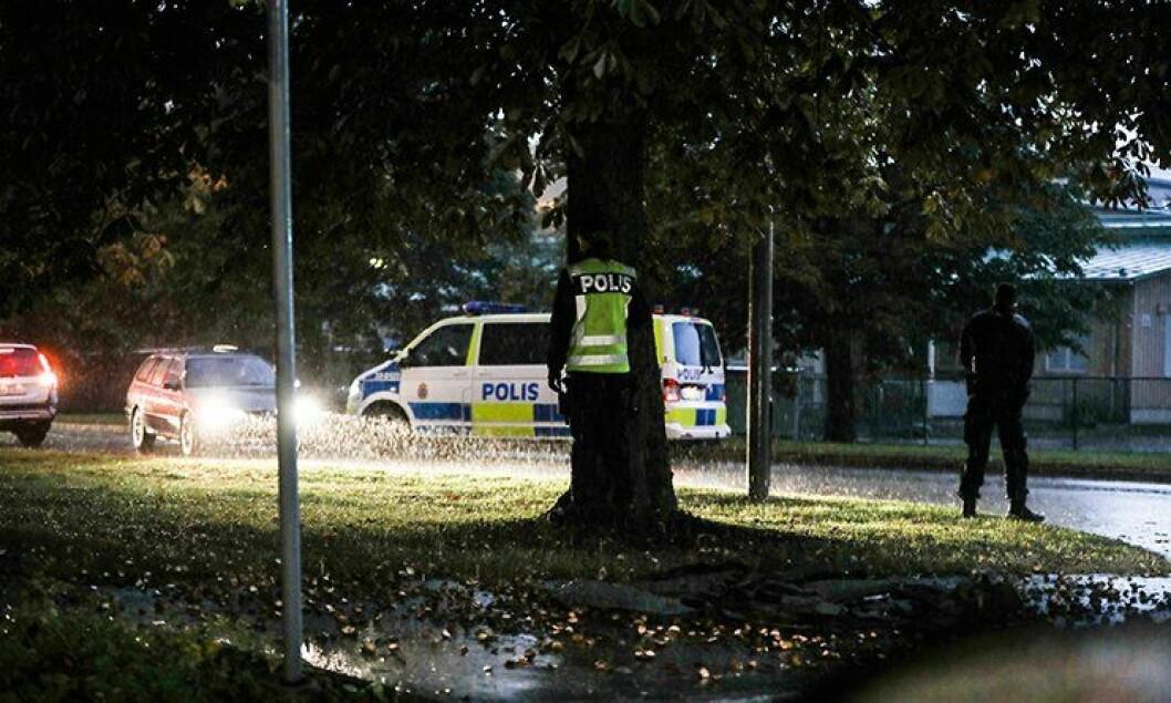 Denne gangen er det regnet som får politiet i Järva i Stockholm til å søke ly. Noen ganger er det langt verre ting.