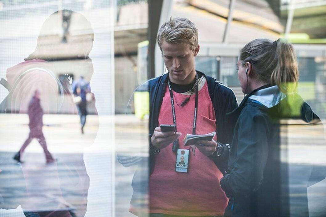 Politibetjenter i Politiets utlendingsenhet (PU) kontrollerer ID-papirene til en mann som har kommet til Norge. Her var alt OK, men presset på PU for å kontrollere ID-papirer og uttransportere utlendinger uten lovlig opphold er høyt.