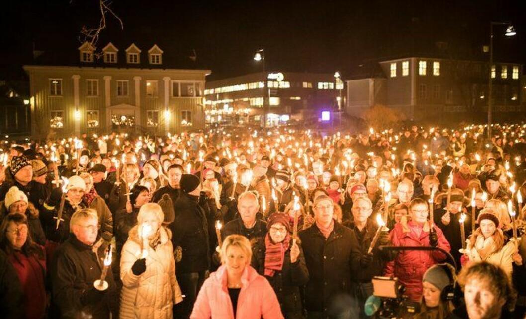 Hvor mange lensmannskontorer får Norge etter politireformen? På Årnes på Romerike møtte 1200 innbyggere opp i fakkeltog for å berge lensmannskontoret sitt.