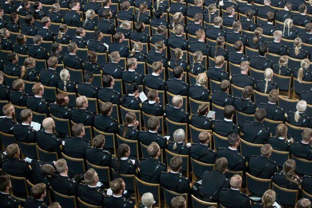 Nyutdannede politistudenter venter på vitnemålet i Oslo rådhus i juni. Hvor mange av dem som faktisk har fått jobb, har vært et stort tema i 2016.