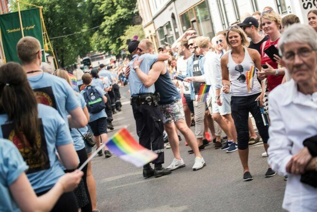 En politimann bryter ut av rekkene under Pride-paraden i Oslo i sommer. Følelsene er mange og gleden i paraden er stor. Mange politifolk deltok.