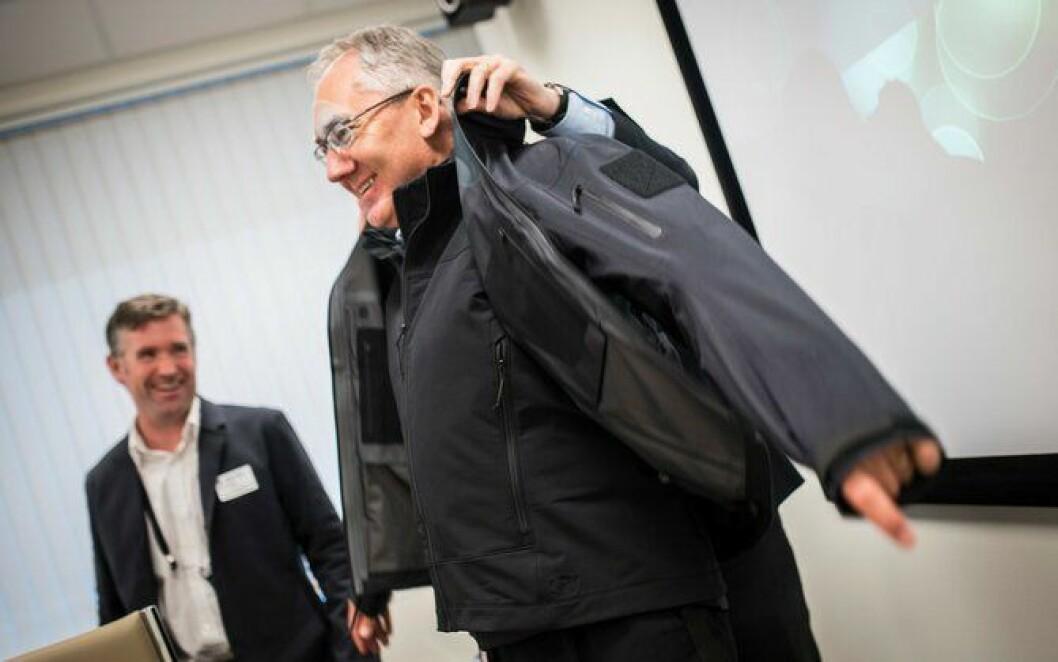 Politiet har vraket skinnjakka og valgt ny jakke. Politidirektør Odd Reidar Humlegård var ikke vondt å be da han fikk muligheten til å bli påkledd i sommer.