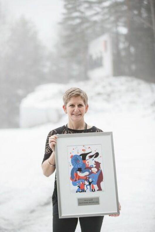 Eva Ragde med beviset på at hun har fått Politiforums Ærespris for 2016. Foto: Thomas Haugersveen.