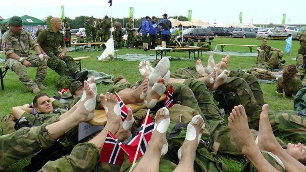 Såre føtter med god stemning og samhold under Nijmegen-marsjen i Nederland.