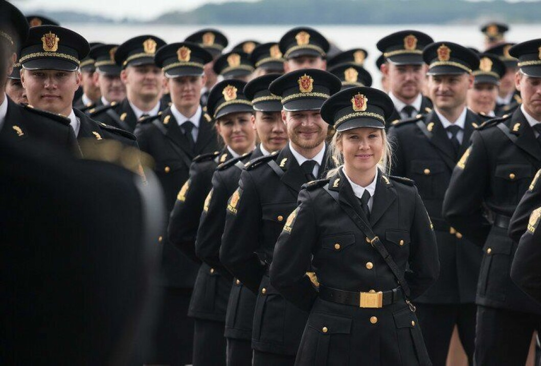Nyutdannede politistudenter så fram til arbeidslivet da de ble uteksaminert i Stavern i sommer. Men bare halvparten av dem har jobb, og under én av ti har fast jobb.
