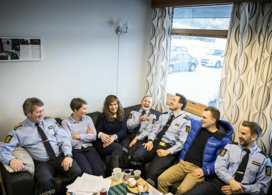 Lensmann Geir Harry Lofthus og de to mer erfarne ansatte i Balsfjord, er fornøyd med sine fire unge kolleger til høyre i sofaen. Fra høyre Martin Baard Haube (2016-kullet), Preben Buø (2015-kullet), Espen Forsell (2016-kullet) og Rebekka Rubbås Stokkan (2016-kullet).