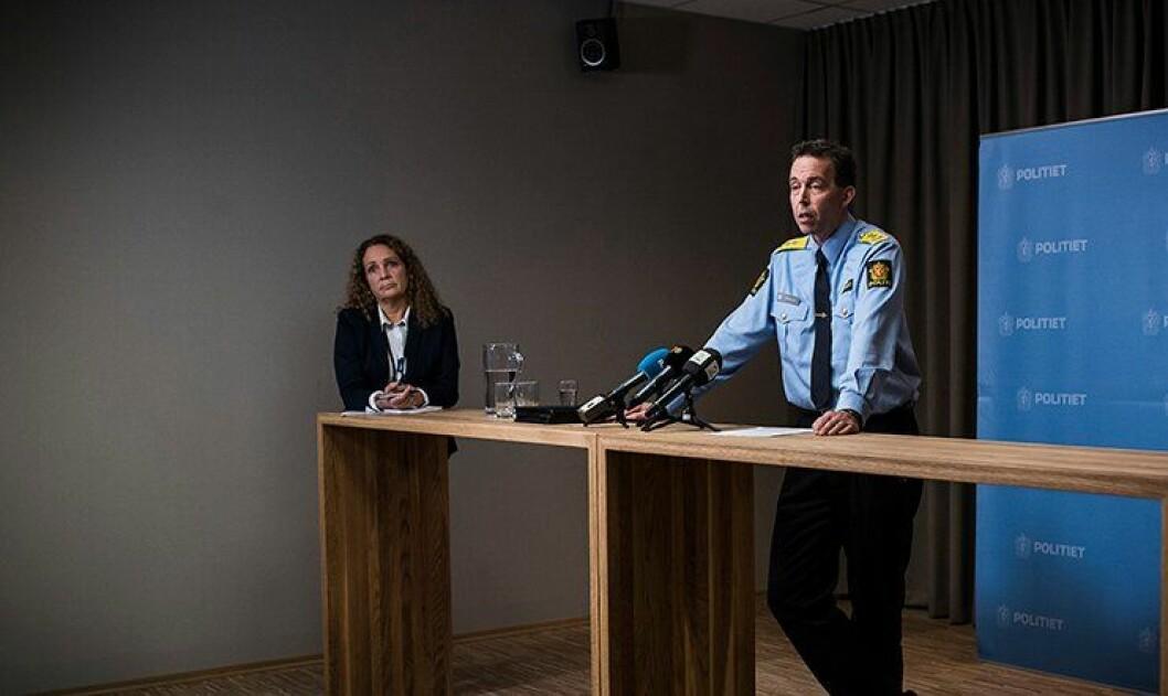 Kommunikasjonsdirektør Margrete Halvorsen står i bakgrunnen når tidligere beredskapsdirektør Kaare Songstad snakker til pressen i 2015. Nå deler hun kommunikasjonsstaben sin i to.