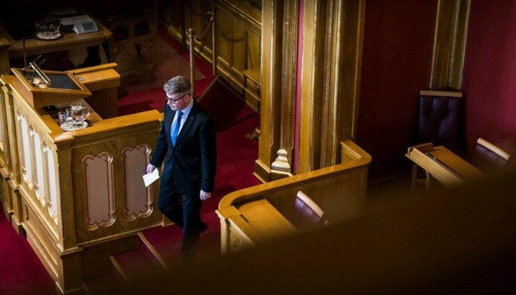 Justis- og beredskapsminister Per-Willy Amundsen under dagens debatt i Stortinget. Han lovte at utfallet for lensmannskontorene ikke er gitt, og at kommunenes klager skal behandles ordentlig i departementet.