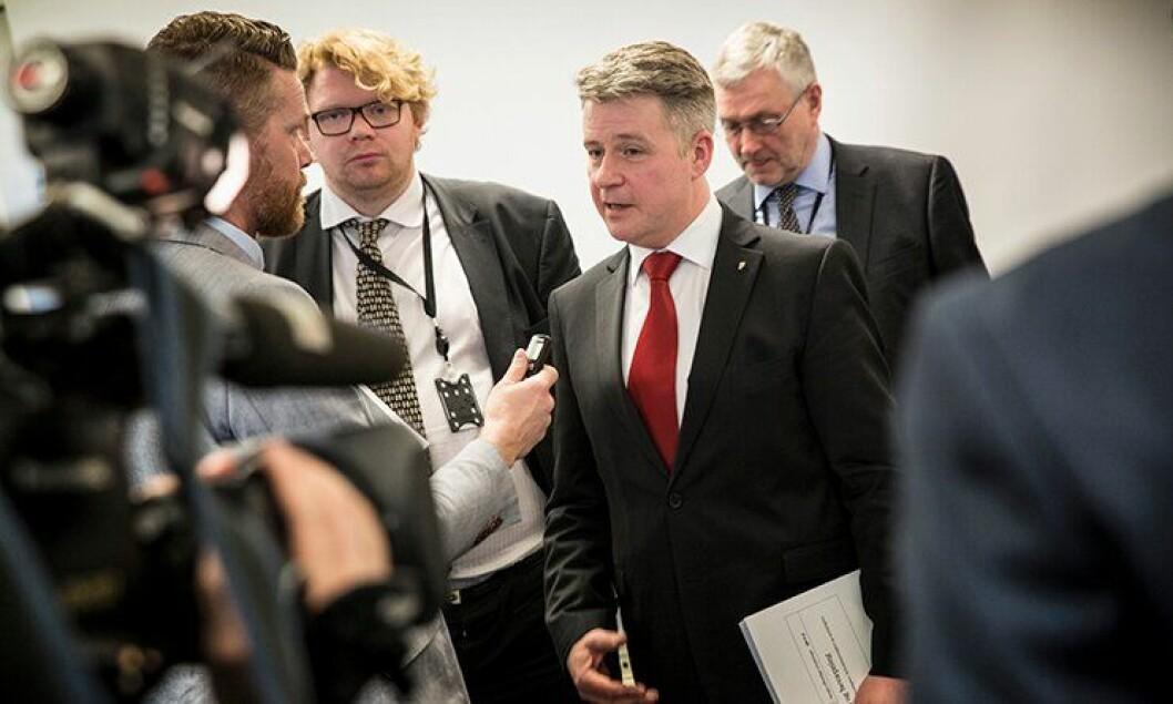 Justis- og beredskapsminister Per-Willy Amundsen (Frp). Her under overrekkelsen av bevæpningsutvalgets rapport i mars.
