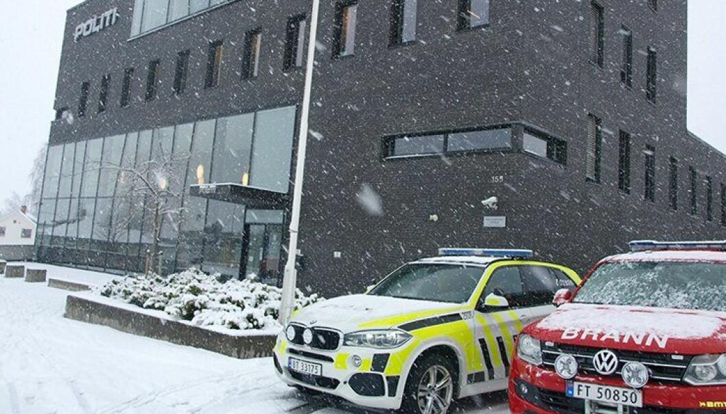 Politibil og brannbil utenfor politihuset på Hamar.
