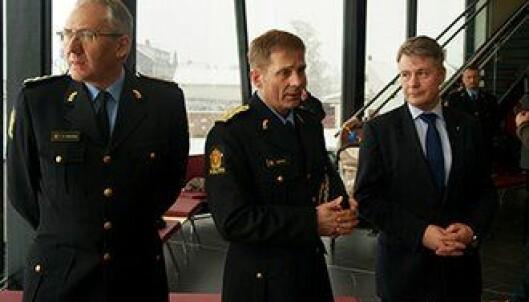 Politidirektør Odd Reidar Humlegård, politimester Johan Brekke og justis- og beredskapsminister Per-Willy Amundsen (Frp).