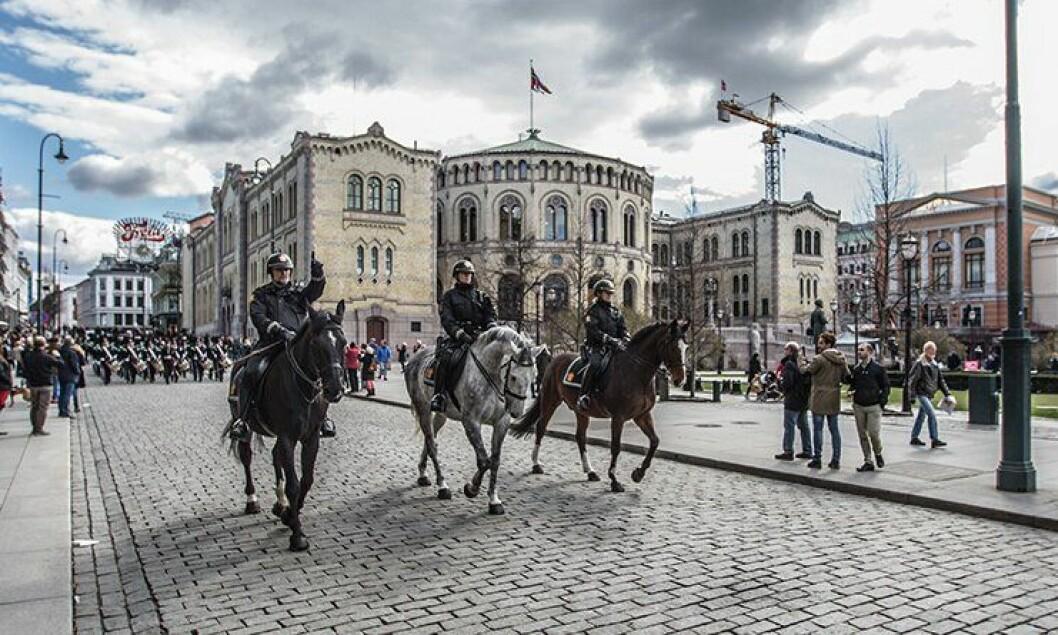 Politihester på patrulje i Karl Johans gate, foran Stortinget.