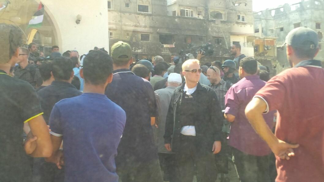 MENGDETRENING: Det stilles store krav til livvaktene hos PST, og nåløyet er trangt. Her holder en livvakt utkikk, mens en folkemengde med presse og tilskuere står rundt en VIP på Gazastripen i 2014
