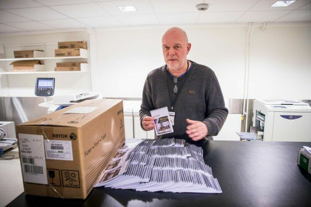 På trykkeriet trykker John Kristiansen en rekke ulike dokumenter og trykksaker for Norges største politidistrikt.