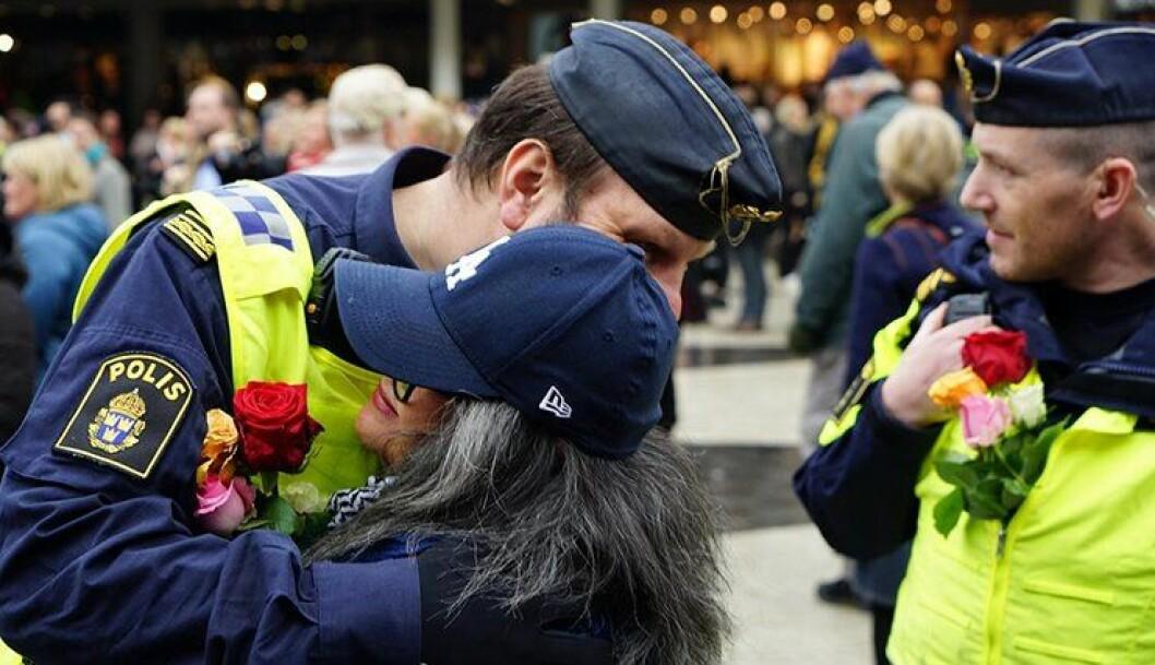 Svenske politifolk får blomster og klemmer av det svenske folk på Sergels torg, midt i Stockholm sentrum, tre dager etter terrorangrepet.