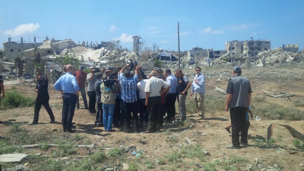 RUINER: En VIP intervjues av media i et konfliktrammet område på Gazastripen i 2013. PSTs livvakter er tett på, samtidig som de holder øynene åpne for det som skjer rundt dem.