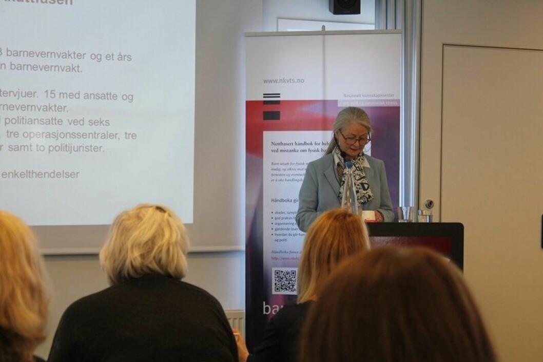 """Norunn Vorland på talerstolen under presentasjonen av rapporten """"Barn i krise: Samarbeidet mellom politi og barnevern""""."""