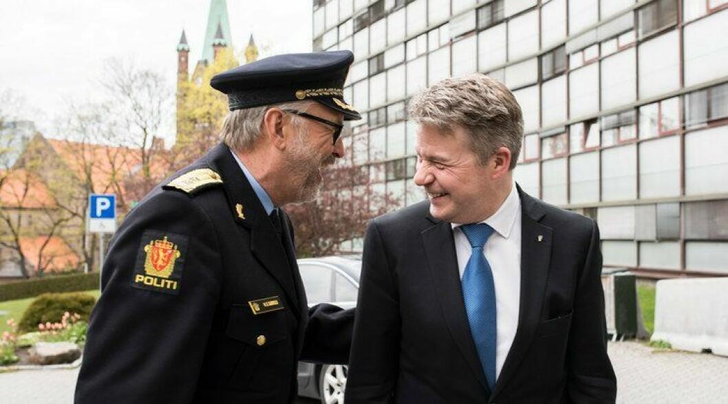 Politimester Hans Sverre Sjøvold og justiminster Per-Willy Amundsen gliser bredt for å ha fått organisasjonen i havn i nye Oslo politidistrikt. Fra nå er de ansatte plassert i nye enheter.