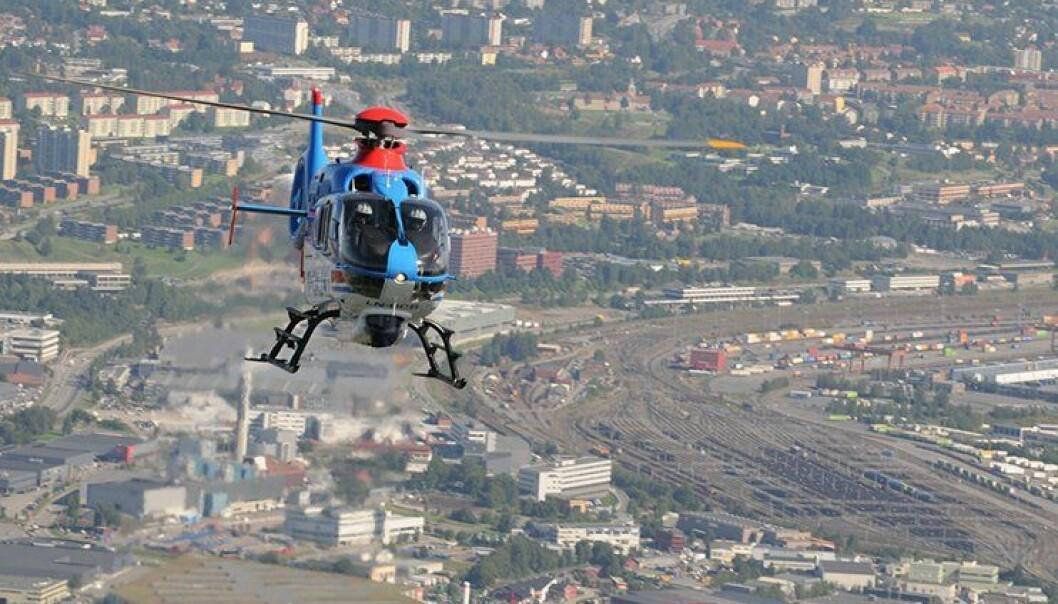 Politiets enslige helikopter svever over Alnabru i Oslo.