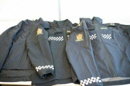Tre jakker på en gang - det er det faktisk meningen at politifolk skal bære.