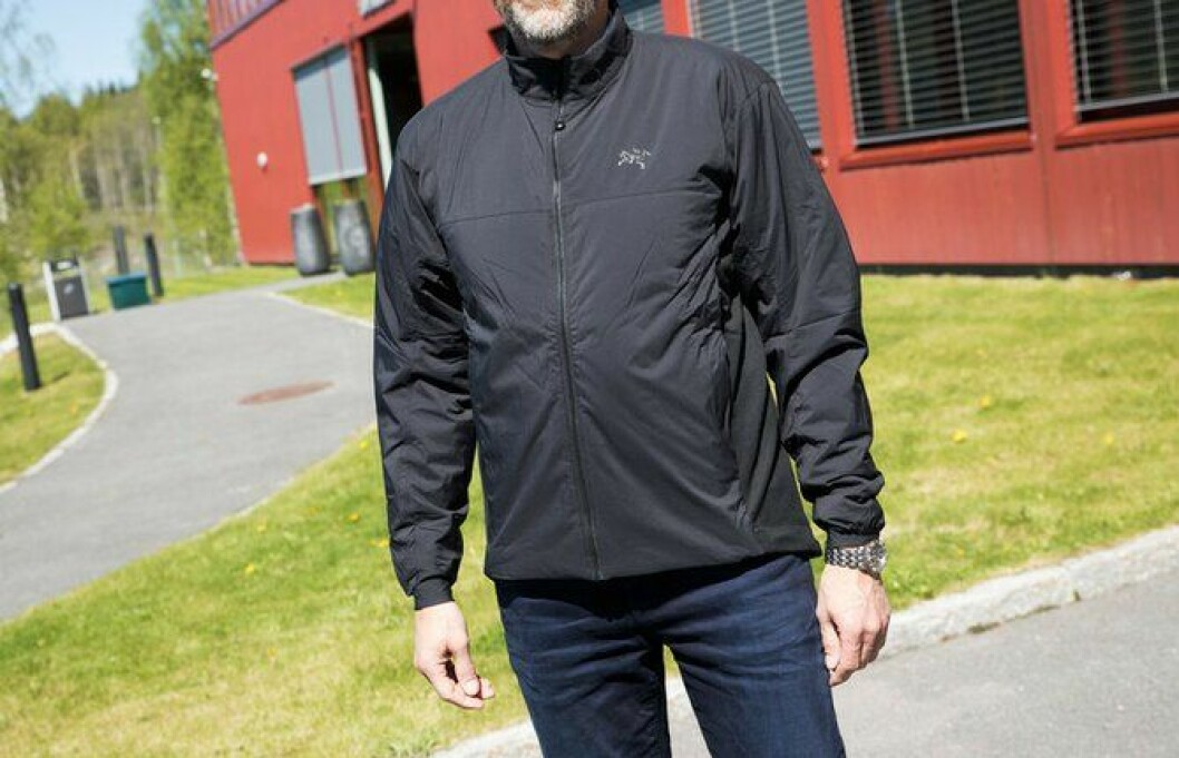 Den uuniformerte varmende jakka skal brukes under de andre jakkene som et varmende lag på kalde dager.