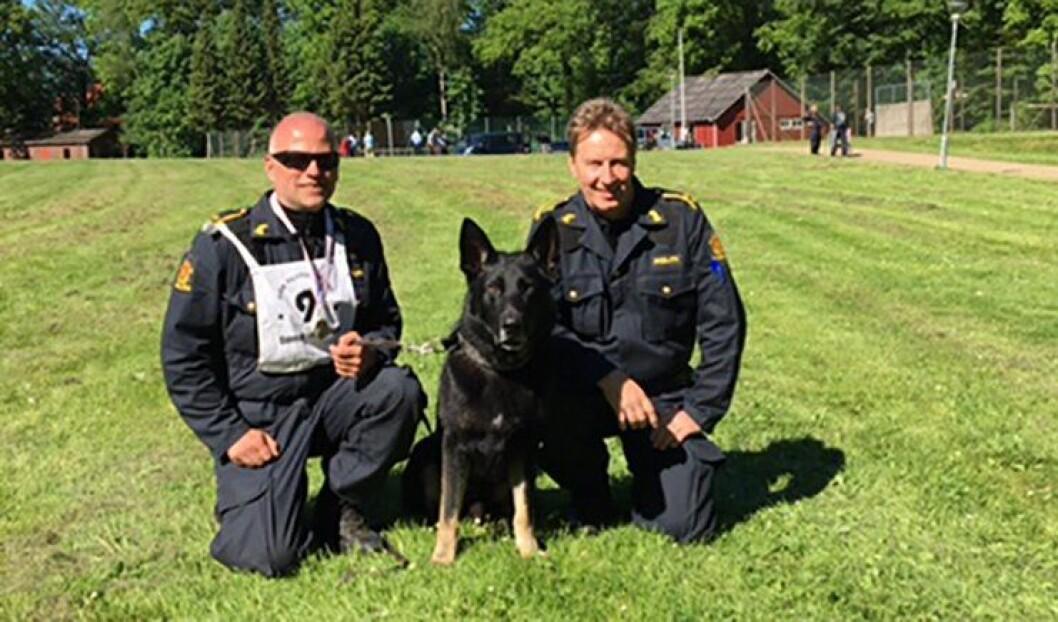 Bjørn Rolland, politihunden Cooper og seksjonsleder Gunnar Rasmussen, alle fra Vest politidistrikt.