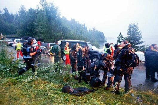 Politi og ambulansepersonell på landsiden ved Utøya den 22. juli 2011.