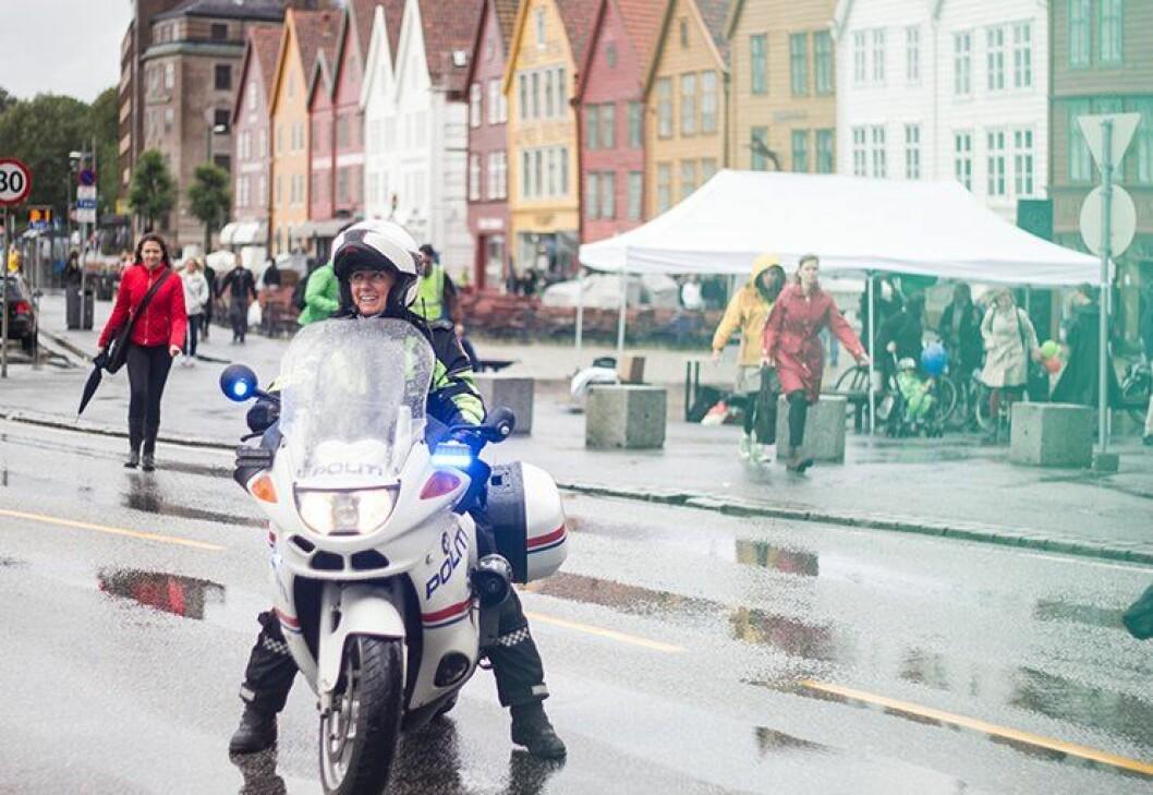 Trafikkpoliti på Bryggen i Bergen. Det vil bli et svært vanlig syn i september. Dette bildet er tatt i en annen anledning.