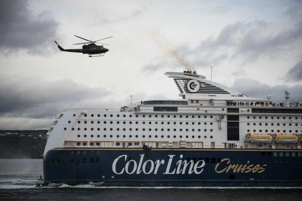 Et Bell-helikopter fra Forsvaret slipper soldater ned på Kiel-ferga i Oslofjorden, under øvelse TYR i november. Politifolk tar seg inn fra båt.