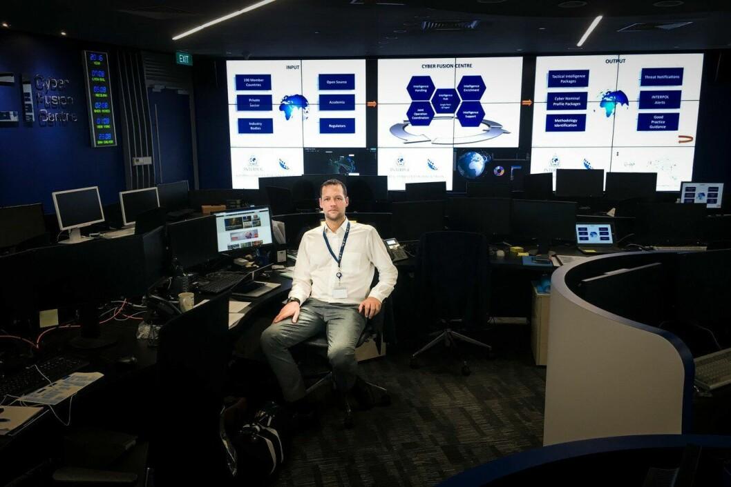 Trygve Aandstad leder arbeidet med å bygge opp et cybersenter for Interpol i Singapore. Han mener norsk politi ikke bare kan sitte og vente på anmeldelser, men må forebygge og drive etterretning på egenhånd.